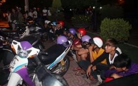 被扣押的飆車團夥及摩托車。(圖源:交警局)