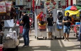 大馬驚傳首起印度變種病毒確診病例,為境外移入案例。圖為4月28日吉隆坡某條街上人口一罩情形。(圖源:新華社)