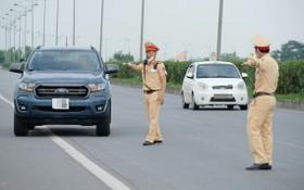 交警處罰違反交規車輛。(圖源:南陳)