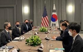 韓外長官鄭義溶(右二)與美國務卿布林肯(左一)舉行會談。(圖源:互聯網)