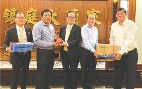 張豐裕和林松耀向蓄臻珠洋培青民辦學校董事會捐贈獎學金和文具。