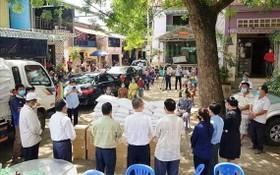 捐贈大米和必需品,支持柬埔寨鐵橋頭區Champa寺附近的當地越僑和人們抗疫。(圖源:越通社)