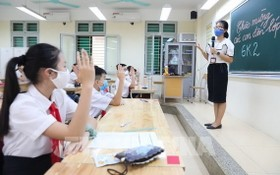 學生上課遵守防疫規定。(圖源:越通社)