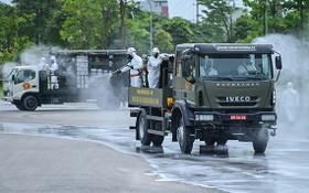 國防部的特種車在中央熱帶病醫院東英分院進行噴霧消毒。(圖源:江輝)