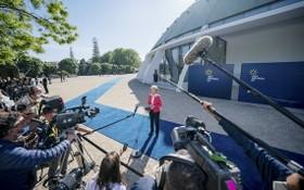 歐盟委員會主席馮德萊恩在歐盟社會峰會閉幕後接受記者採訪。(圖源:新華社)