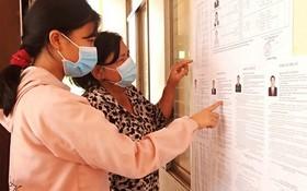 芹耶縣芹盛市鎮選民正查看候選人資訊。