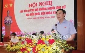 國會主席王廷惠在選民接觸會上介紹自己的行動計劃。(圖源:海防市新聞網)