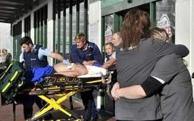 救護人員將傷者送上救護車。(圖源:AAP)