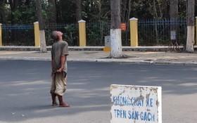 一名精神病患者在街上閒逛。