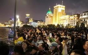 圖為2017年5月1日,上海外灘,遊客們在觀賞夜景。(圖源:互聯網)