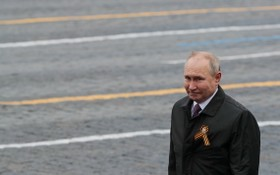 俄國家杜馬數據庫資料顯示,俄總統普京已提交廢止《開放天空條約》的法律草案。圖為2021年5月9日,普京於莫斯科紅場出席勝利日閲兵儀式,紀念第二次世界大戰戰勝納粹德國76周年。(圖源:路透社)