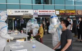 5月11日上午,逾2000名峴港機場工作人員接受新冠病毒採樣檢測。(圖源:櫻桃)
