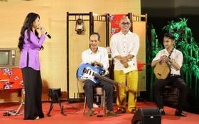藝人清姮參加《人生秀》節目以幫助單手殘障、彈吉他五十年的前江省藝人蔡文二。
