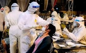 醫護人員連夜給民眾採樣檢測。(圖源:阮國)