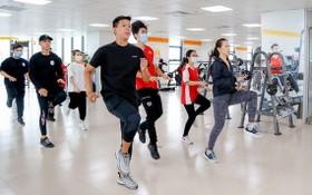 市經濟與金融大學的學生練習體育綜合課程。
