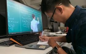 一名高中應屆畢業生在家線上溫習功課。(示意圖源:互聯網)