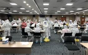 醫護人員隊伍為北寧省三星電子廠全體工人員工進行採樣測試。(圖源:人民報)