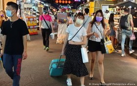 台北及新北進入第三級警戒,民眾外出需全程戴口罩。(圖源:AP)