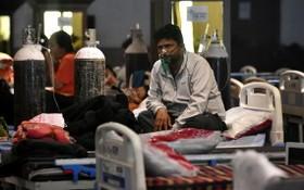 5月8日,新冠患者在印度新德里的一處隔離中心吸氧。(圖源:新華社)