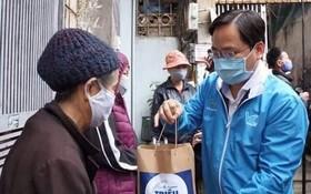 """阮英俊向河內市""""洗腎村""""病人贈送飯菜。"""