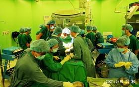 器官捐贈移植團隊在手術室中執行器官捐贈摘取手術。(圖源:光興)