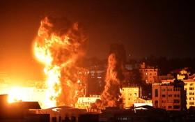 十七日清晨,加沙地帶的建築物上空升起了大火和濃煙。(圖源:AFP)