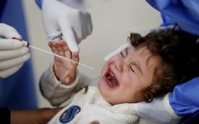 在黎巴嫩貝魯特一家醫院,一名兒童接受新冠病毒檢測。(圖源:新華社)