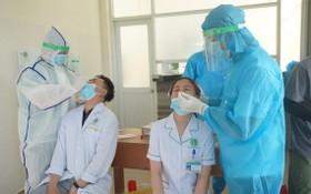 第二郡醫院醫護人員接受採樣檢測。(圖源:春平)