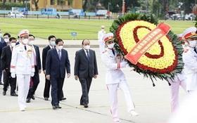 黨政領導晉謁胡志明主席陵