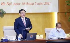 國會主席王廷惠(左)主持會議並發表講話。(圖源:越通社)