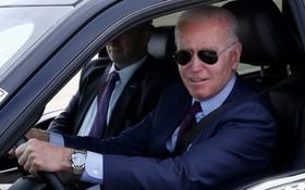 2021年5月18日,美國密歇根州,美國總統拜登造訪福特汽車迪爾伯恩電動車工廠,並試駕福特F-150皮卡。(圖源:路透社)