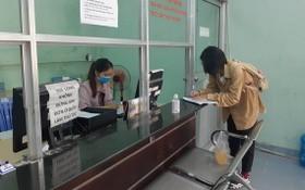 勞工正在市就業勞務中心辦理獲享失業補貼的手續。