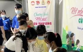 市越南祖國陣線委員會副主席潘嬌清香向平新貧困勞工的子弟贈送禮物。