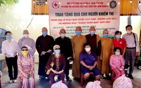 龍華寺向視障人士贈送禮物。