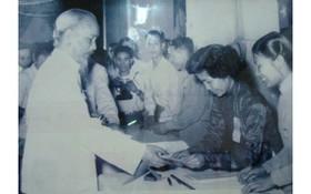 1960年5月8日,胡志明主席接過第二屆國會代表與各級人民議會代表的選舉票。