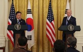 韓總統文在寅(左)和美總統拜登在會談結束後共同會見記者。(圖源:韓聯社)