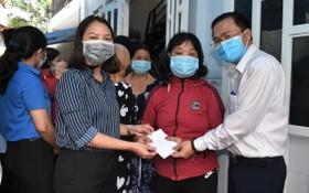 市人民議會辦公廳主任高清平(右一)慰問守德市遭嚴重水淹的民戶並贈送禮物。(圖源:廷理)