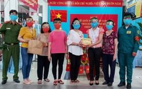 向投票處工作人員贈送千個防護面罩