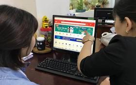 消費者在電子商務平台購物。