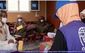 國際移民組織成員在給流離失所者講解有關提高新冠肺炎預防認識。(圖源:IOM)