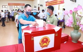 圖為2021年5月23日,乂安省南壇縣金蓮鄉選民參加選舉投票。(圖源:范鵬)