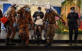 救援人員轉移列車相撞事故傷者。(圖源:新華社)