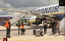 涉事客機降落後,乘客落機接受檢查。(圖源:Nexta)