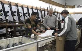 購買槍支的美國民眾。(圖源:互聯網)