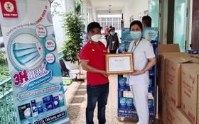 永進公司代表向市熱帶病醫院贈送醫用口罩。