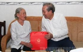 政府常務副總理張和平(右)向對革命有功者贈送禮物。(圖源:市黨部新聞網)