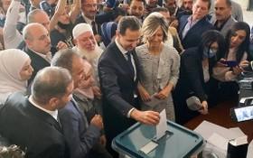 敘利亞總統巴沙爾·阿薩德和他的妻子阿斯瑪26日在敘利亞首都大馬士革附近的一個投票站投票。(圖源:路透社)