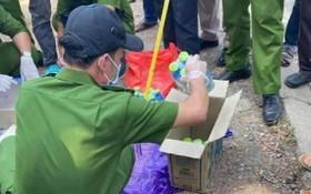 職能力量搜查阮氏水所攜帶的物品。(圖源:警方提供)