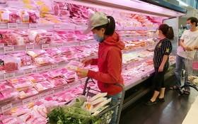 消費者在超市選購肉類。(圖源:高昇)