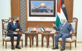 巴勒斯坦總統阿巴斯(右)與到訪的美國國務卿布林肯會晤。(圖源:新華社)